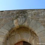Chateau d'Arques - Blason de la famille Voisins au sommet du portail